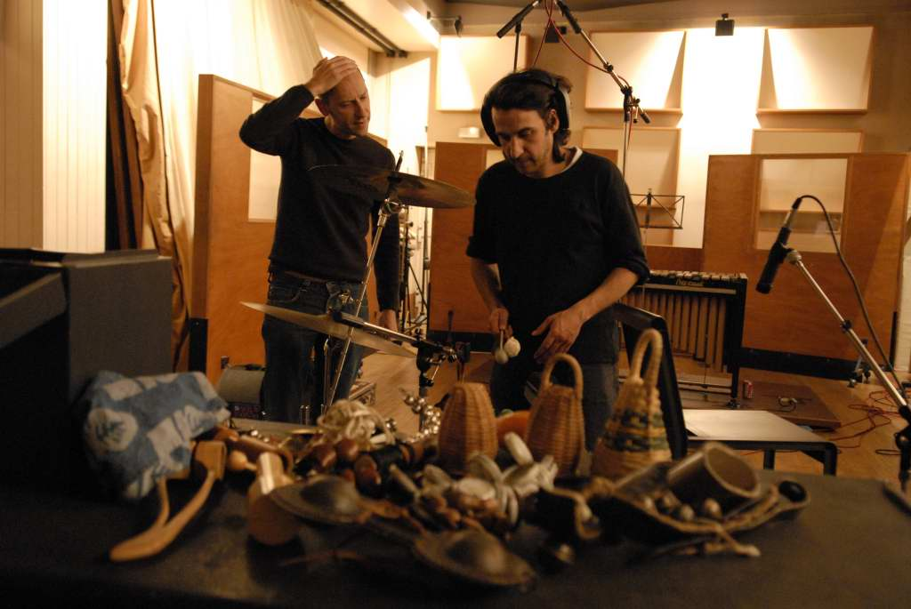 Fabrice et Jacques, perplexes devant le choix des percussions…