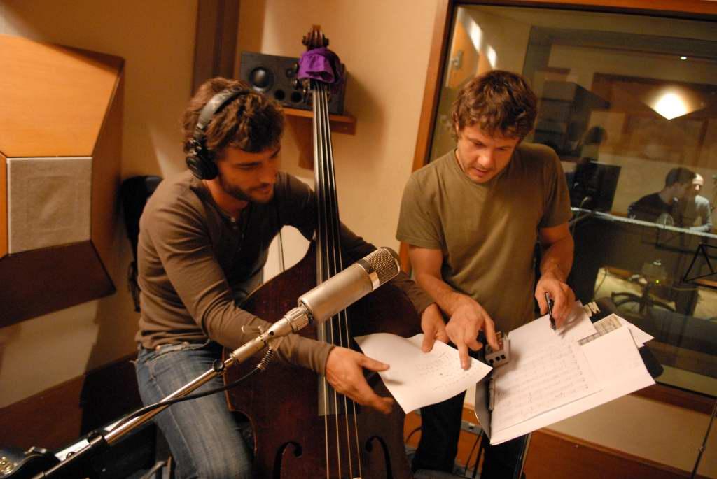 Martin (Contrebasse) et Bertrand (guitares) vérifient leurs harmonies…