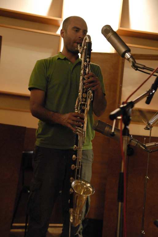 Yomgui' (Guillaume à l'envers) joue de la Clarinette basse