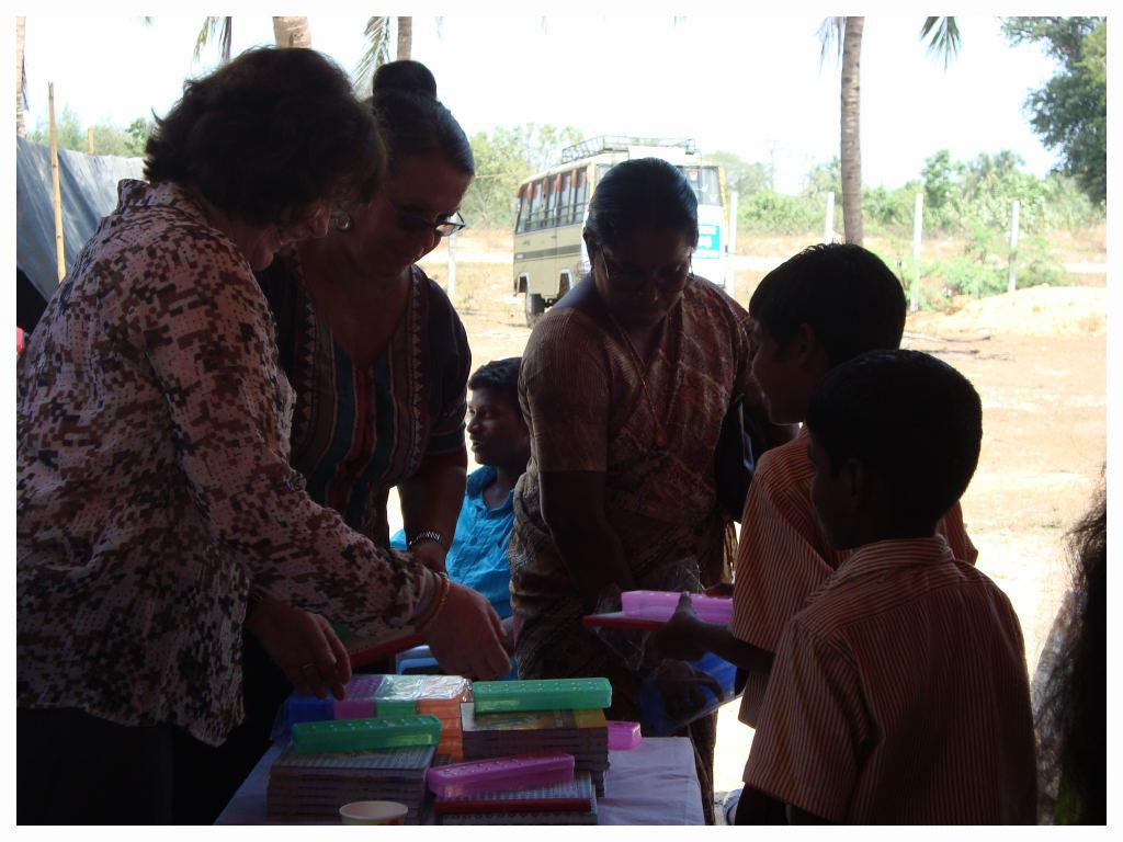 Des livres et des trousses ont été distribués aux enfants...